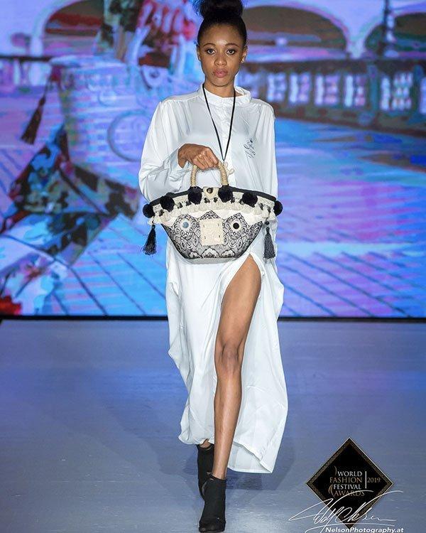 modella che sfila a Dubai, coffa Roberto Caggia Coffarte